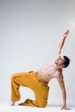 年轻英俊舞蹈家行使 库存照片