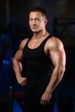 英俊运动健身在健身房的人摆在和火车 免版税库存图片