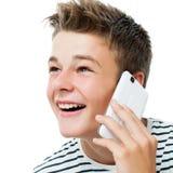 英俊青少年谈话在巧妙的电话 免版税库存图片
