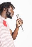 年轻英俊非裔美国人男孩唱歌 库存照片