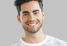 英俊年轻人微笑 免版税库存图片