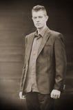 英俊年轻商人放松室外 免版税库存照片