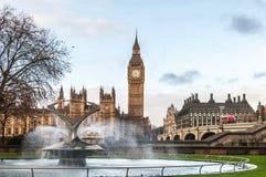 英国、伦敦、大本钟和圣托马斯医院喷泉信任 免版税库存图片