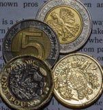 2英国一1英镑硬币和10兹罗提在两五兹罗提硬币B 库存图片