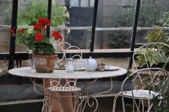 英国下午茶时间室外桌 库存图片