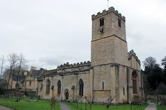 英国乡下风景的老石教会 免版税图库摄影