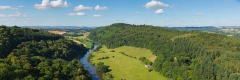 英国乡下Y形支架谷和威河在Herefordshire和格洛斯特郡英国英国全景之间县  免版税库存照片