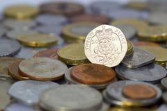 英国二十个便士铸造在大堆硬币顶部 免版税库存照片
