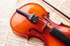 英国兰开斯特家族族徽和一把小提琴在桌上 免版税库存图片