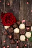 英国兰开斯特家族族徽和巧克力在木背景 免版税库存图片
