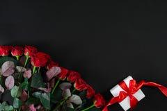 英国兰开斯特家族族徽和白色礼物盒有红色丝带的在黑背景 库存照片