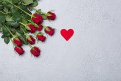 英国兰开斯特家族族徽和红色心脏在灰色背景 免版税图库摄影