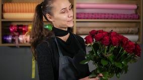 英国兰开斯特家族族徽完善的花束从专业卖花人的:拿着花束美丽的年轻可爱的女性卖花人 股票视频