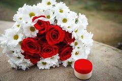 英国兰开斯特家族族徽花束和雏菊和一个箱子有金戒指的 免版税库存图片