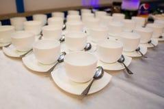 英国兰开斯特家族族徽花束在椅子的 在婚礼的一件礼物 花作为礼物 餐馆的婚姻的装饰 免版税库存图片