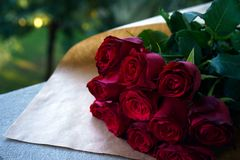 英国兰开斯特家族族徽迷人的花束在自然颜色封皮的在灰色板,情人节背景,婚礼之日说谎,愉快 免版税图库摄影