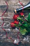 英国兰开斯特家族族徽,两块玻璃,瓶花束酒,有标记的礼物盒在葡萄酒木板 红色上升了 顶视图 库存照片