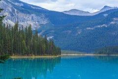 英国加拿大哥伦比亚鲜绿色湖找出国家公园yoho 免版税库存照片