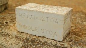 英国和古希腊题字在石桌上的中间Stoa游人的 影视素材