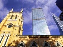 英国国教的教堂和现代办公楼 免版税库存图片
