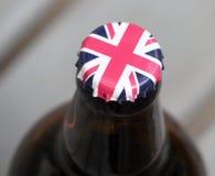 英国国旗在萍果汁瓶顶部的瓶盖 库存照片