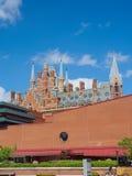 英国图书馆大厦的看法与圣Pancras驻地哥特式塔的在墙壁后的 免版税库存照片