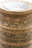 英国在白色背景的2 1英镑硬币堆 免版税库存图片