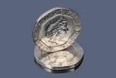 英国在黑暗的背景的二十枚便士硬币 免版税库存照片