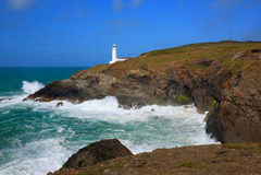 英国在Newquay和Padstow之间的灯塔北部康沃尔郡海岸 免版税库存图片