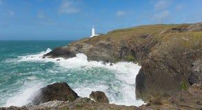 英国在Newquay和Padstow之间的灯塔Trevose头北部康沃尔郡海岸线 免版税库存图片