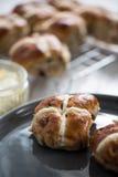 英国奶油色茶,新鲜的烤饼 库存照片