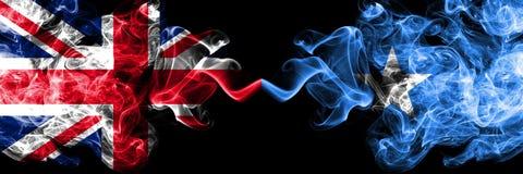 英国对索马里,肩并肩被安置的索马里发烟性神秘的旗子 英国的厚实的色的柔滑的烟旗子和 向量例证