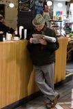 英国市场,一个市政食物市场在黄柏,城市的著名旅游胜地的中心:人读书报纸 免版税库存照片