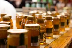 英国市场,一个市政食物市场在黄柏,城市的著名旅游胜地的中心:瓶子在立场的蜂蜜 免版税库存图片