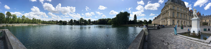 英国庭院和Etang在枫丹白露宫,法国筑成池塘全景 库存照片