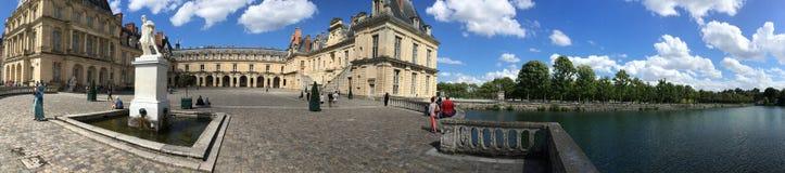 英国庭院和Etang在枫丹白露宫,法国筑成池塘全景 库存图片