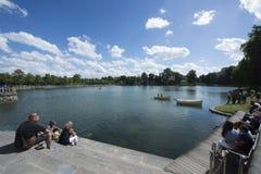 英国庭院和Etang在枫丹白露宫,法国筑成池塘 免版税图库摄影