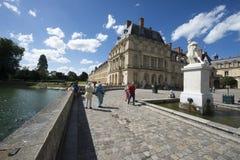 英国庭院和Etang在枫丹白露宫,法国筑成池塘 免版税库存图片