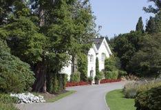 英国房子在一个环境美化的夏天庭院里 免版税图库摄影