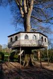 英国拍摄了木的树上小屋 免版税库存照片