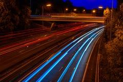 英国机动车路高速公路交通夜视图  免版税库存照片