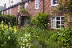 英国村庄庭院在Warsash在显示混乱颜色的暴乱汉普郡在初夏 免版税库存照片