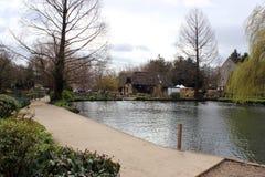 英国村庄河沿风景 免版税库存图片