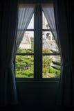 英国样式大厦窗口视图  免版税图库摄影