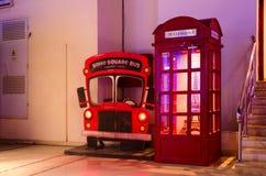 英国样式的红色电话亭在普遍的购物和娱乐复杂伦敦苏豪区广场, Sharm El谢赫,埃及 库存照片