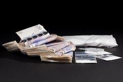 英国毒资 可卡因和现金 从grug成交的金钱 免版税库存照片