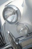 英国汽车经典前车灯 免版税库存图片