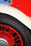 英国汽车防御者轮胎葡萄酒轮子 免版税图库摄影