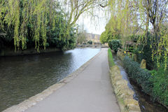 英国河沿道路 库存照片