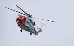 英国海岸警备队直升机飞行 免版税库存图片